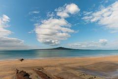 Hauraki zatoka z Rangitoto wyspą na horyzoncie Zdjęcia Royalty Free