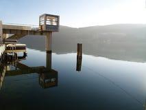 Haus über dem See Stockfotos