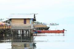 Haus über Meer in Manokwari Stockbild