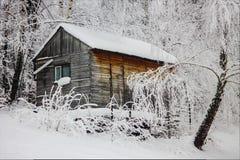Haus abgedeckt durch Schnee stockbild