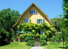 Haus, Haus, Architektur, Gebäude, Garten, Äußeres, Wohn, vorder, Zustand, Vorstadt-, Luxus-, Immobilien, Gras, Ziegelstein, ro lizenzfreies stockfoto