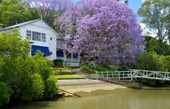 Haus auf Brisbane-Fluss lizenzfreies stockfoto