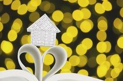 Haus auf Buch als Herzform mit goldenem bokeh Lizenzfreie Stockbilder