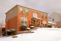 Haus auf dem Abhang im Winter Stockfotos