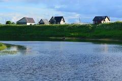 Haus auf dem Fluss stockfotografie