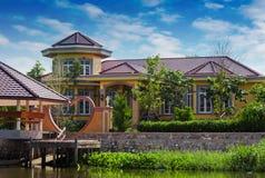 Haus auf dem Fluss Nakhon Chai Si Stockfotos