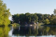 Haus auf dem Flussufer stockbilder