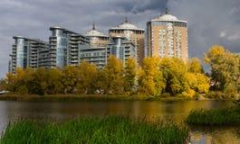 Haus auf dem Flussufer Stockfoto