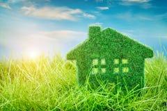 Haus auf dem grünen Gras Stockbilder