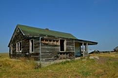 Haus auf dem Grasland verlassen lizenzfreie stockbilder