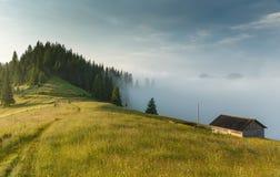 Haus auf dem Hügel, Nebel Lizenzfreie Stockfotos