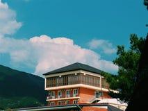 Haus auf dem Himmelhintergrund im Meer Lizenzfreie Stockfotos