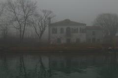 Haus auf dem Kanal stockbilder