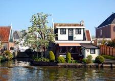 Haus auf dem Kanal, Edamer, die Niederlande Lizenzfreies Stockbild