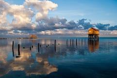 Haus auf dem Ozean stockbild