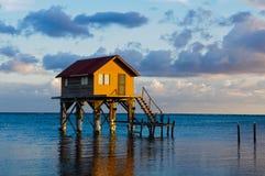 Haus auf dem Ozean lizenzfreie stockbilder