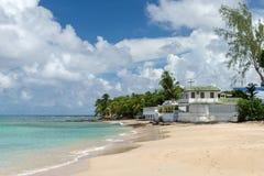 Haus auf dem Ozeanstrand von Barbados lizenzfreie stockbilder