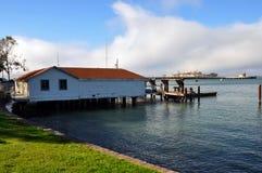 Haus auf dem Pier mit Alcatraz auf dem Hintergrund Lizenzfreies Stockbild