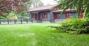 Haus auf dem Rasen Stockbild