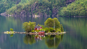 Haus auf dem See stockbild