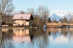 Haus auf dem See stockfotografie