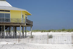 Haus auf dem Strand stockbild