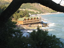 , Haus auf dem Strand durch das Meer Stockfoto