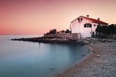 Haus auf dem Ufer Lizenzfreies Stockfoto