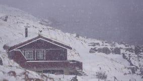 Haus auf dem Ufer des Fjords und der Schneefälle Langsame Bewegung stock video