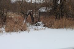 Haus auf dem Ufer des Sees umgekehrtes Boot stockfotografie