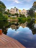 Haus auf dem Ufer von ruhigem See Lizenzfreies Stockbild