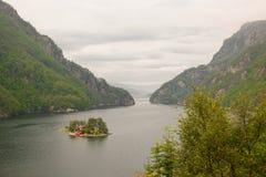 Haus auf der Insel von Teichen, von Seen und von Fjord in Norwegen Lizenzfreie Stockfotos