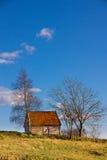 Haus auf die Oberseite mit Himmel lizenzfreies stockfoto