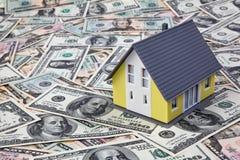 Haus auf Dollarscheinen Stockbilder