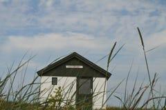 Haus auf ein Dänische gestaltet im Sommer landschaftlich lizenzfreies stockbild