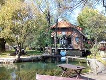 Haus auf einem Fluss stockfotografie