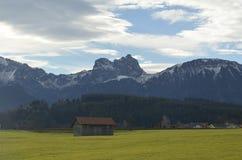 Haus auf einem Hintergrund von Bergen lizenzfreies stockbild