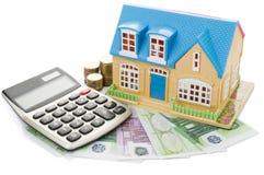 Haus auf einem Taschenrechner und einem Euro Lizenzfreie Stockfotografie