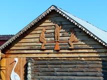 Haus auf einer Dorfstraße Geschnitzte Verzierung Hölzerne Klotzhütten im Urals-Dorf Hölzerne Architektur Russland lizenzfreies stockbild