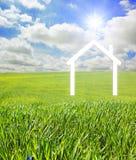 Haus auf einer grünen Landschaft Lizenzfreie Stockfotos