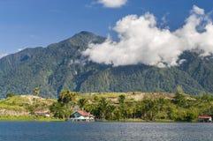 Haus auf einer Insel auf dem See von Sentani Stockbild