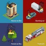 Haus auf Feuer, brennendes Auto, Wald auf Feuer, Firetruck Feuerunterdrückungs- und Opferunterstützung Isometrischer Vektor Lizenzfreie Stockfotos