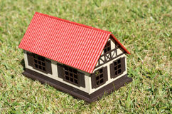 Haus auf grünem Gras Lizenzfreie Stockfotos
