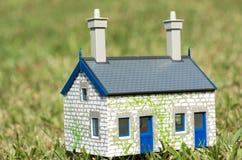 Haus auf grünem Gras Stockfoto