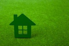 Haus auf Hintergrund des grünen Grases Stockbild