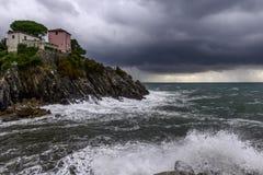Haus auf Klippen am Regensturm (Nervi, Italien) Lizenzfreies Stockfoto