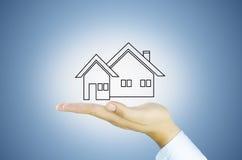 Haus auf menschlicher Hand Lizenzfreie Stockfotos