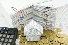 Haus auf Stapel der Goldmünze mit Taschenrechner Lizenzfreies Stockfoto