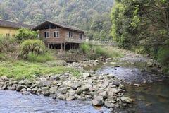 Haus auf Stelze und Hängebrücke, luftgetrockneter Ziegelstein rgb Stockfoto