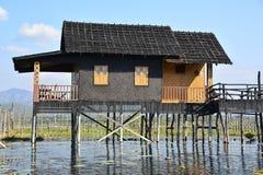 Haus auf Stelzen auf Inle See lizenzfreie stockfotografie